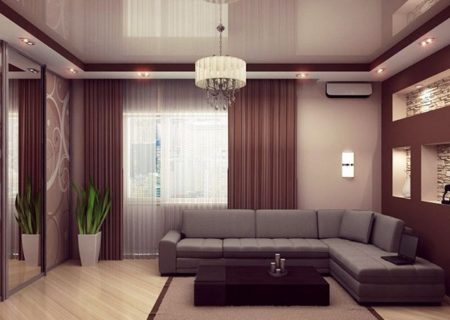 На фото потолок и интерьер в пастельных тонах с центральной планировкой