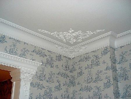 Фото лепнины из полиуретана на потолке