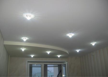 Эстетичное оформление гостиной, в основе – потолочные светильники