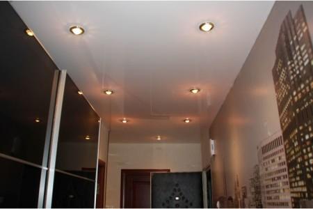 Глянцевый потолок в прихожей предоставляет возможность наверстать недостаток света