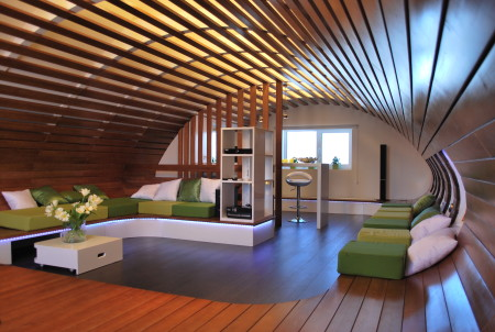 Эффектный дизайн помещения с реечным потолком и задействованием поверхности стен