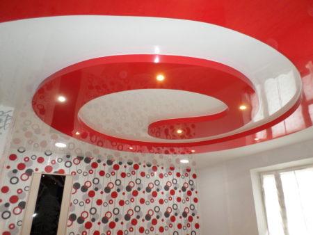 Фото спиралевидного глянцевого натяжного потолка из комбинации красного и белого тонов