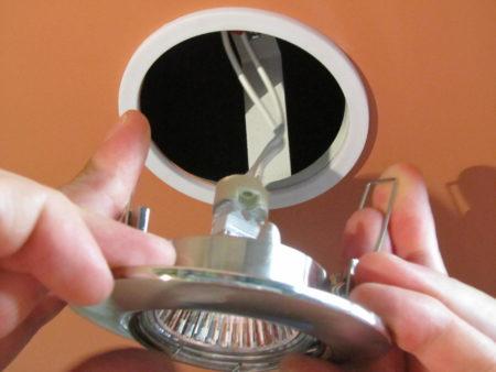 Установка осветительных приборов в конструкцию потолка