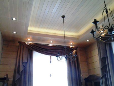 Современные технологии, имитирующие деревянный потолок, облегчили монтаж