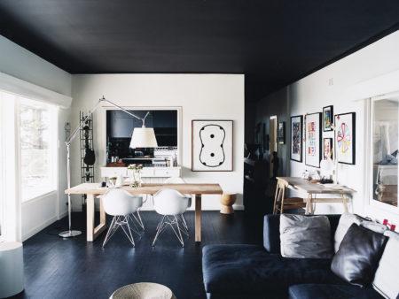 Интересный дизайн квартиры студии в белых и темных оттенках