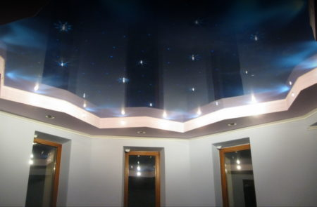 Полупрозрачное полотно с точечными светильниками в виде звезд