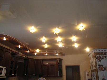 Фото неординарного оформления кухни с помощью потолочных светильников