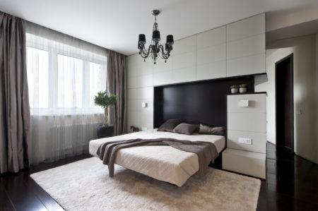 Эстетичное тканевое полотно белого цвета в уютном помещении