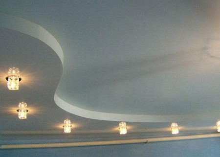 S-образная ступень с крутым изгибом и прямоугольными светильниками