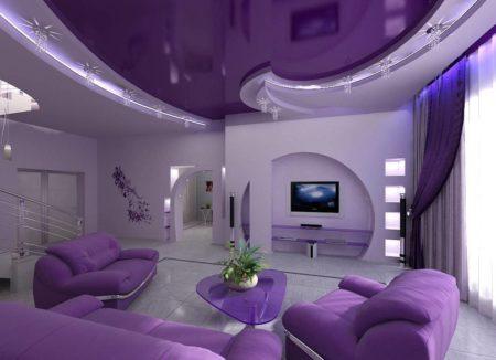 Сочетание фиолетового и белого в гостиной