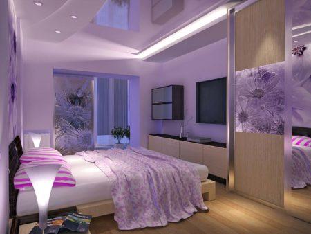 Светло-сиреневые тона спальной комнаты и дизайна потолка с помощью нестандартных решений