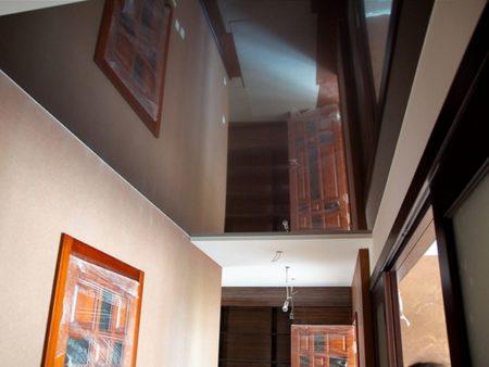 Зеркальный потолок способен визуально увеличить размер коридора