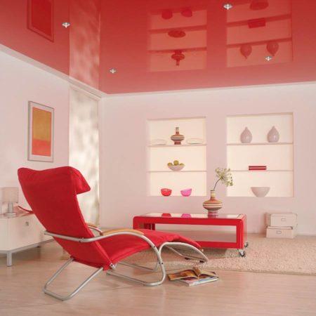 Фото комнаты отдыха, где глянцевый красный потолок выступает в качестве основного предмета интерьера