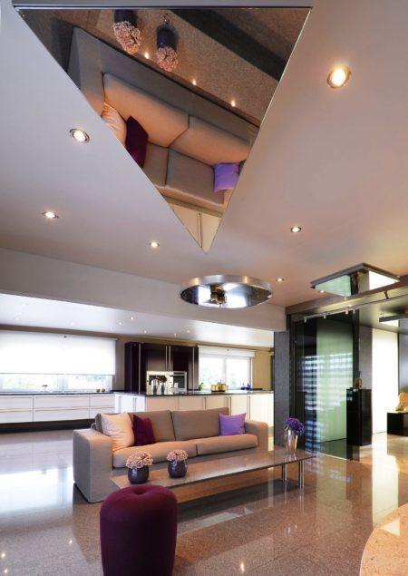 Зеркальная вставка и натяжное полотно на потолочной поверхности отлично сочетаются и дополняют интерьер