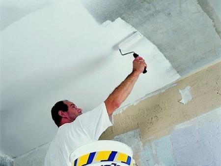 Как используется валик при окрашивании потолка