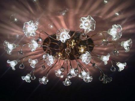 Фото освещения комнаты с помощью люстры, установленной на натяжной потолок