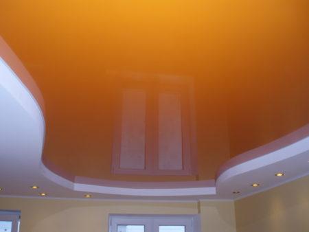 Фото оранжевого потолка в интерьере