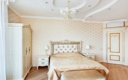 Спальня с белым потолком