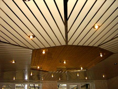 Потолок с декоративными вставками