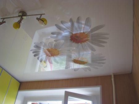 Фото глянцевого потолка с фотопечатью