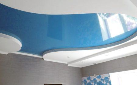 Фото голубого потолка в сочетании с белым