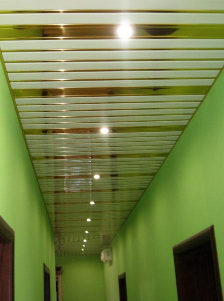 LED светильник в реечном потолке