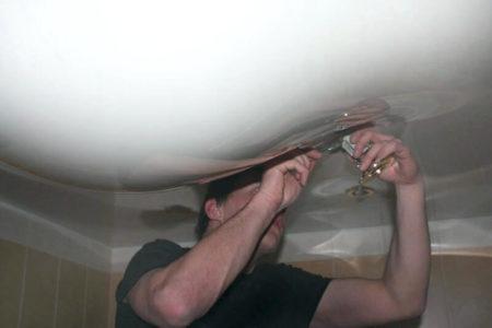 Фото слива воды с натяжного потолка