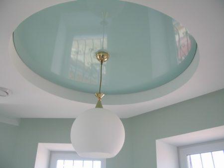 Классическая люстра на потолке