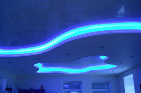 Потолок с использованием подсветки