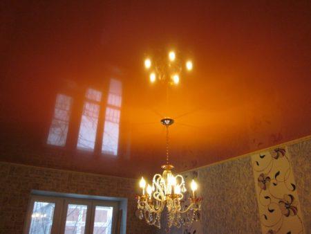 Фото оранжевого потолка в спальне