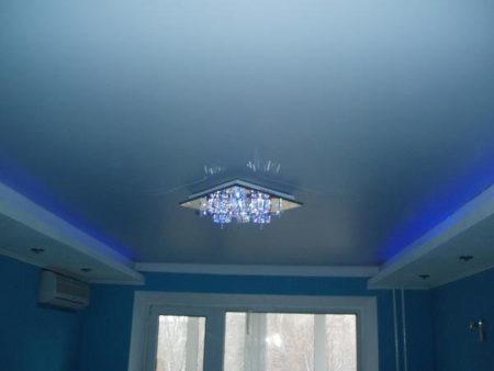 Фото сатинового голубого потолка