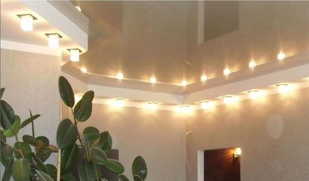Многоуровневый потолок с использованием светильников