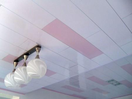 Потолок выполнен из ПВХ