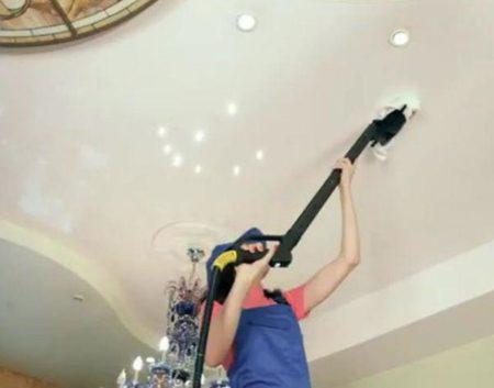 Уборка потолка пылесосом