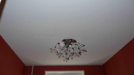 Люстра на шовном потолке