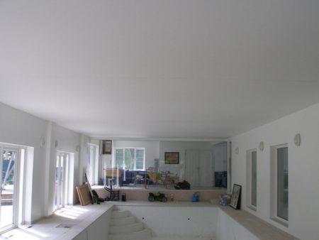Белый матовый потолок фирмы Сарос