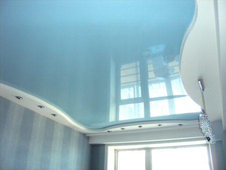 Нежно голубой оттенок потолка