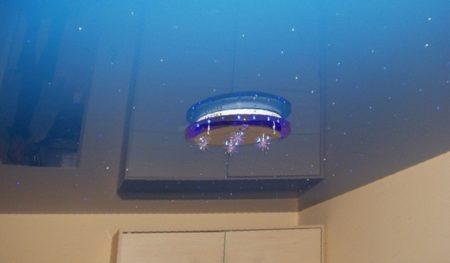 Фото глянцевого голубого потолка