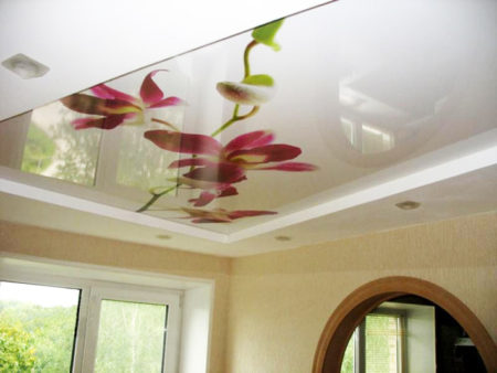 Фото натяжного потолка в гостиной