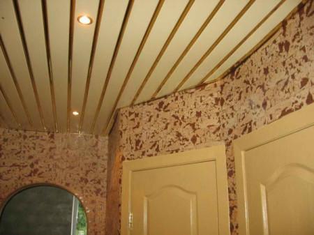 Эффектный потолок в интерьере