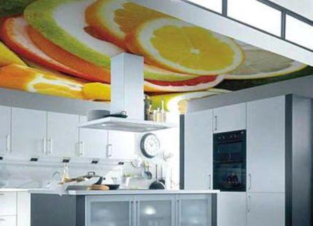 Фото потолка с фотопечатью на кухне