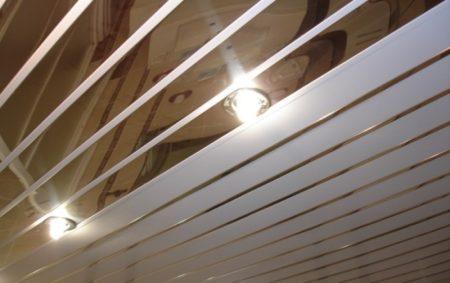 Потолок реечный со светильниками