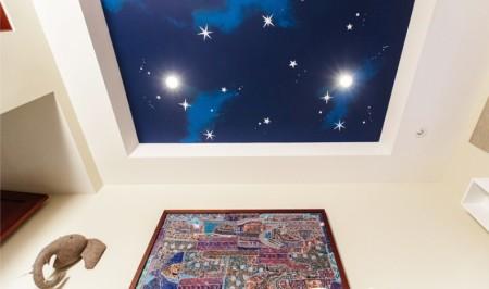 Синий цвет поверхности с использованием светодиодных светильников в виде созвездий – тогда малыш будет засыпать мгновенно и спать спокойно