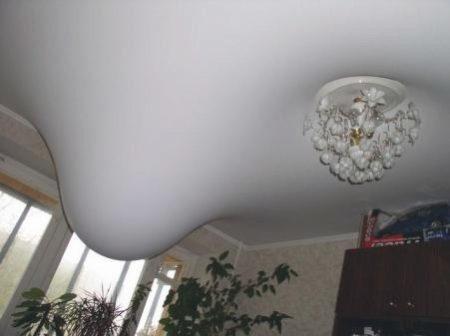 Водяной пузырь на натяжном потолке