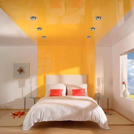 Желтый насыщенный потолок в спальне