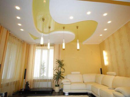 Яркая желтая вставка в гипсокартонную конструкцию