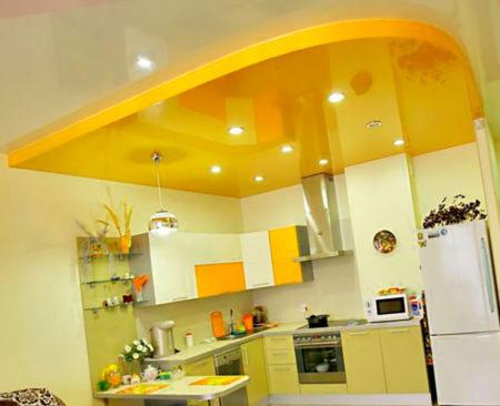 Глянцевая натяжная потолочная конструкция на кухне
