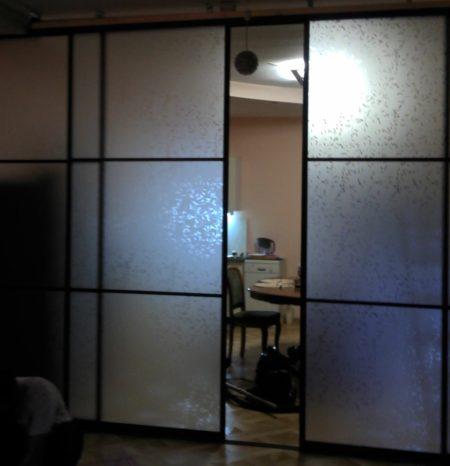 Комната, разгороженная элегантной полупрозрачной конструкцией с раздвижными дверями