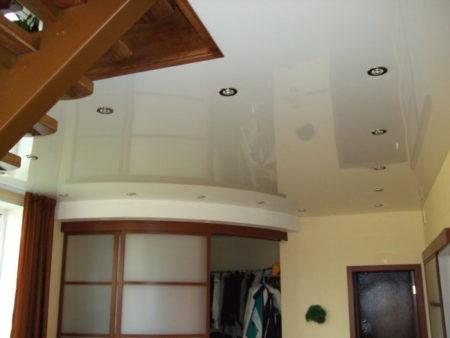 На фото – светлое глянцевое полотнище из пленки