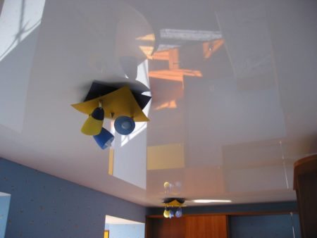 В потолке как в зеркале отражается пространство под ним